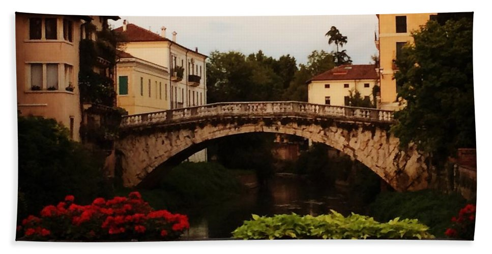 Sanmichele Hand Towel featuring the photograph Downtown Vicenza by Donato Iannuzzi