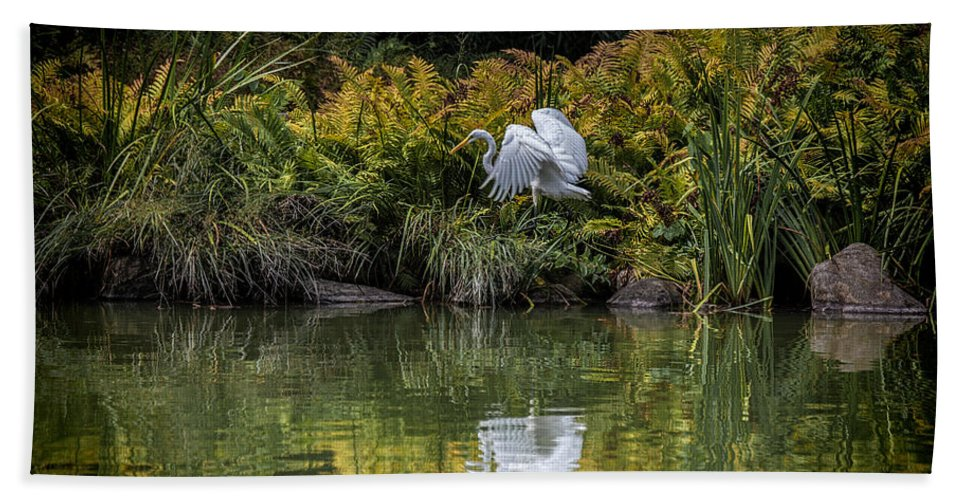 Egret Bath Sheet featuring the photograph Egret At The Lake by Chris Lord