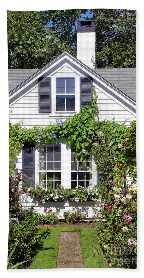 Edgartown Hand Towel featuring the photograph Emily Post House And Garden by John Greim