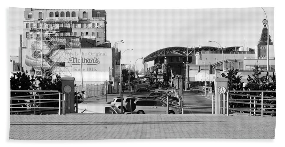 Brooklyn Bath Sheet featuring the photograph End Of The Line In Black And White by Rob Hans