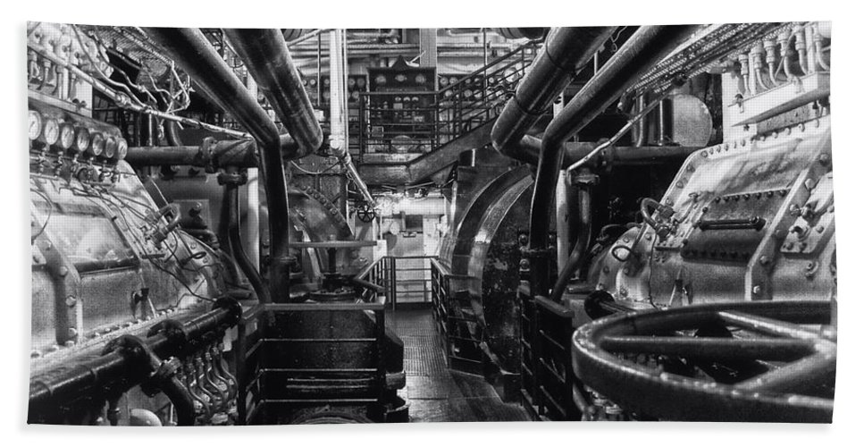 Queen Mary Hand Towel featuring the photograph Engine Room Queen Mary 02 Bw 01 by Thomas Woolworth