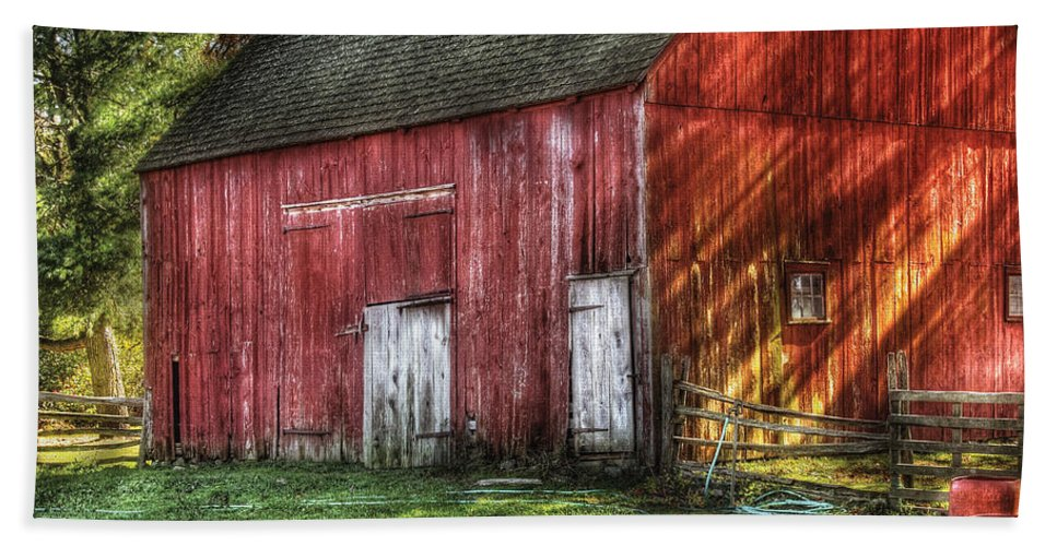 Savad Bath Towel featuring the photograph Farm - Barn - The Old Red Barn by Mike Savad