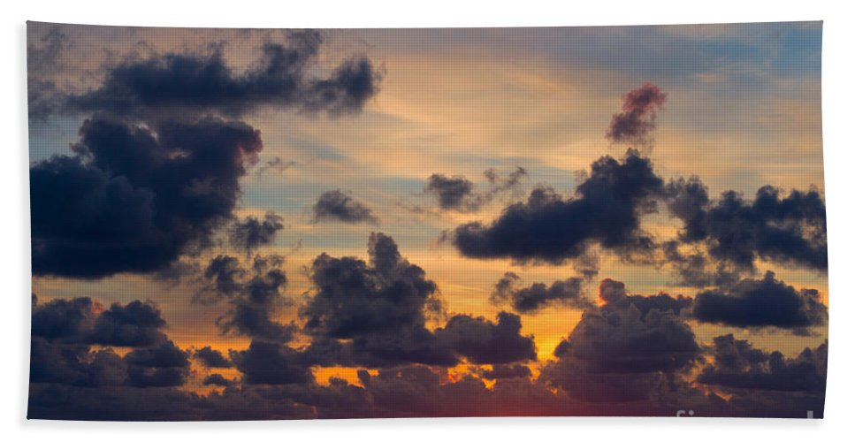 Sun Hand Towel featuring the photograph Florida Sunset by Les Palenik