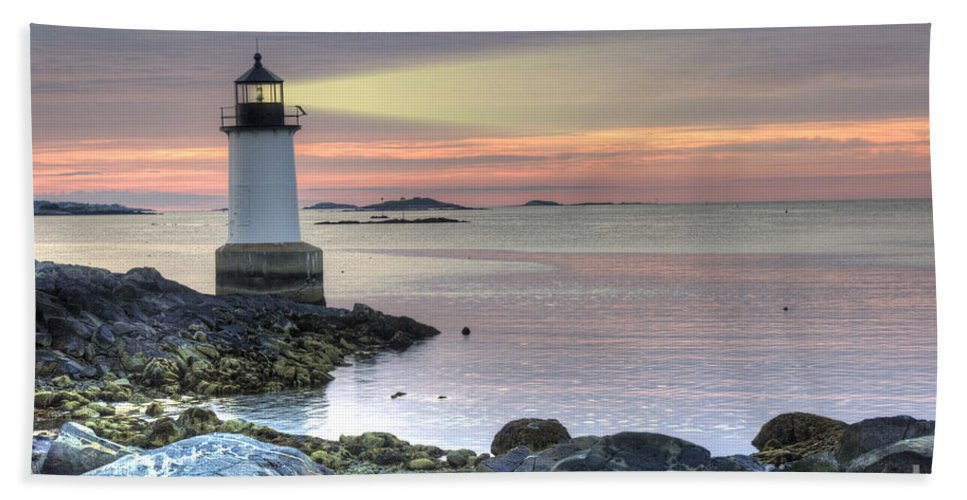 America Bath Towel featuring the photograph Fort Pickering Lighthouse At Sunrise by Juli Scalzi