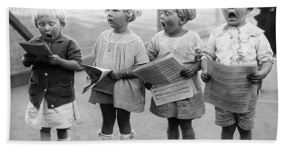 1917 Bath Towel featuring the photograph Four Young Children Singing by Underwood Archives