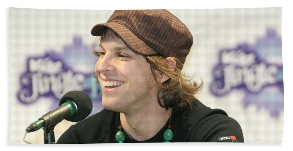 Knit Hat Bath Sheet featuring the photograph Gavin Degraw by Concert Photos