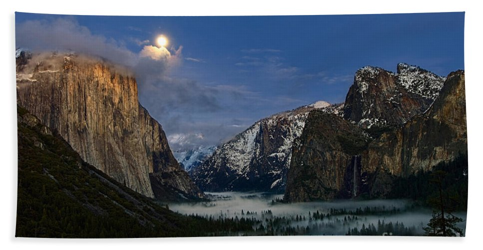 Moonrise Bath Sheet featuring the photograph Glow - Moonrise Over Yosemite National Park. by Jamie Pham