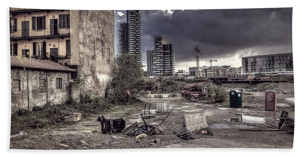 Cityscape Hand Towel featuring the photograph Grunge Cityscape by Roberto Pagani