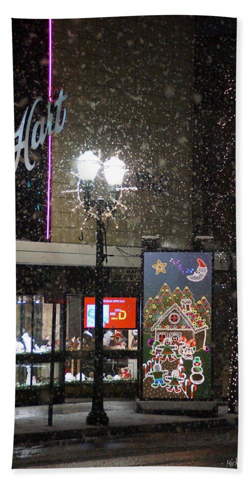 Snow Hand Towel featuring the photograph Hart In The Snow - Grants Pass by Mick Anderson