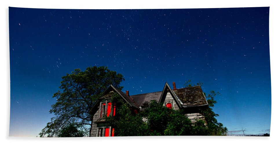 Abandoned Bath Towel featuring the photograph Haunted Farmhouse At Night by Cale Best