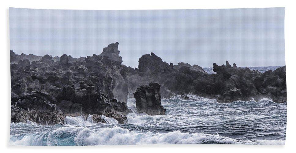 Hawaii Waves Hand Towel featuring the photograph Hawaii Waves V1 by Douglas Barnard