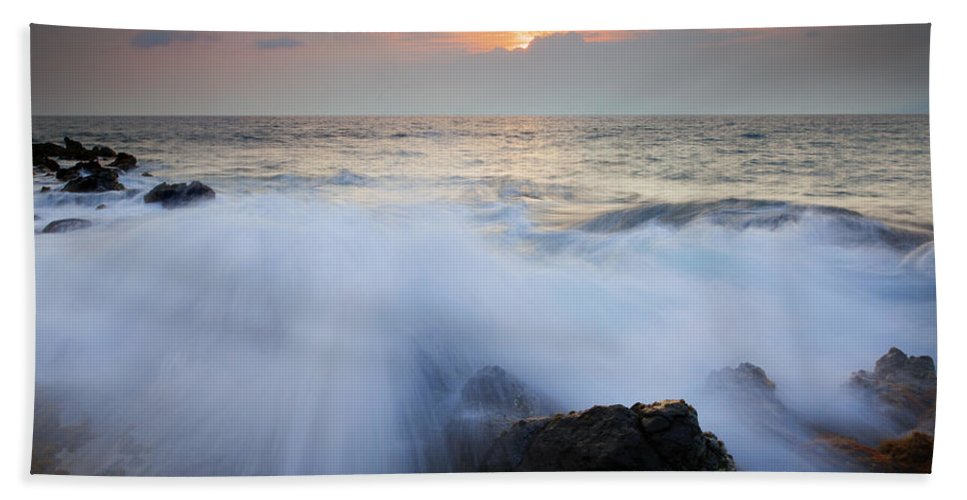Kihei Hand Towel featuring the photograph Incoming by Mike Dawson