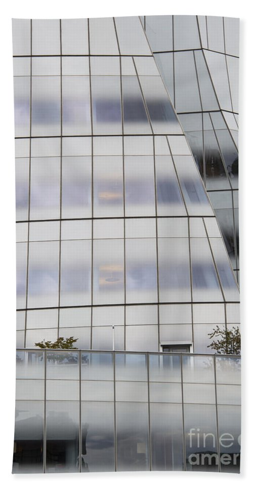 Interactivecorp Iac Building New York City Cityscape Cityscapes Building Buildings Architecture Cities Structure Structures Window Windows Bath Sheet featuring the photograph Interactivecorp Building by Bob Phillips