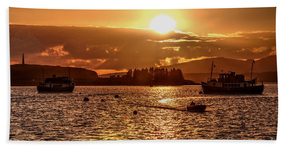 Oban Bath Sheet featuring the photograph Into The Sun by Rob Hawkins