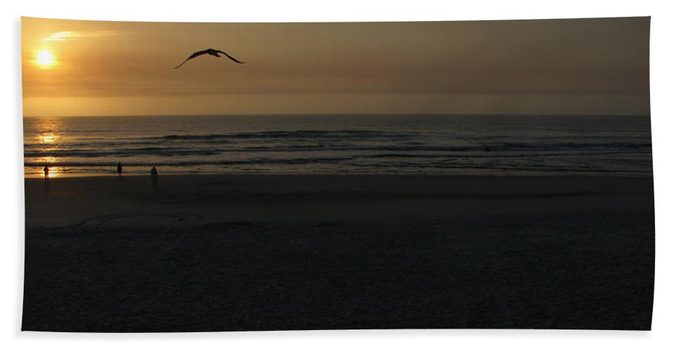 Florida Sunrise Bath Towel featuring the photograph It Starts by Greg Patzer