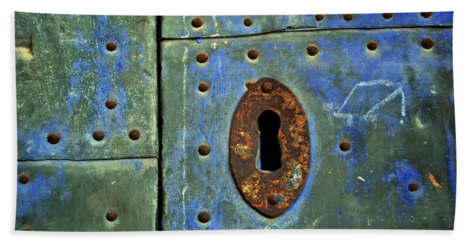 Keyhole Bath Sheet featuring the photograph Keyhole On A Blue And Green Door by RicardMN Photography