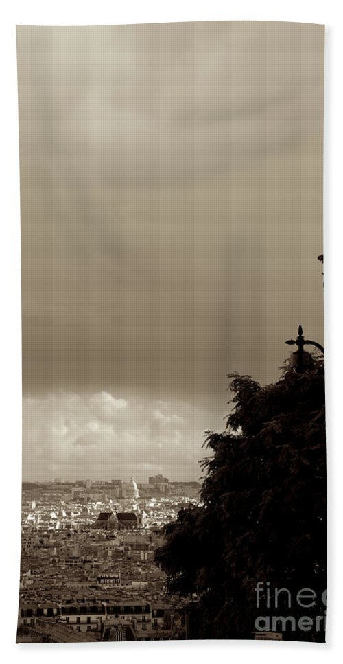 Garde Hand Towel featuring the photograph L'autre Garde by Donato Iannuzzi