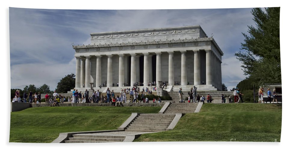 Lincoln Bath Sheet featuring the photograph Lincoln Memorial by Judy Wolinsky