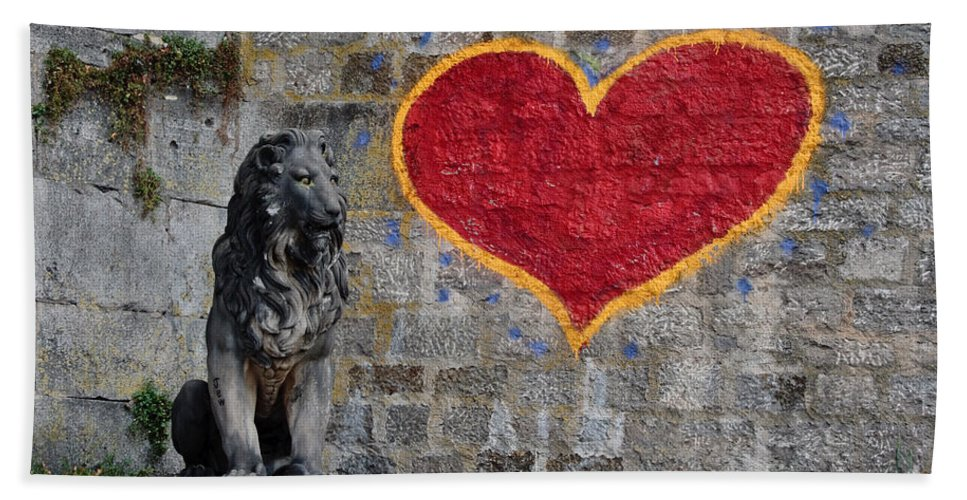 Statue Bath Towel featuring the photograph Lionheart by Thomas Marchessault