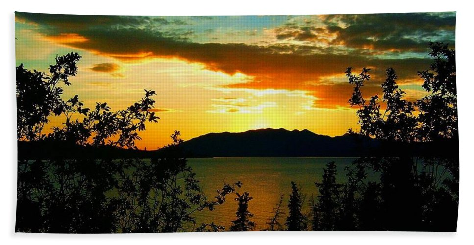 North America Hand Towel featuring the photograph Marsh Lake - Yukon by Juergen Weiss