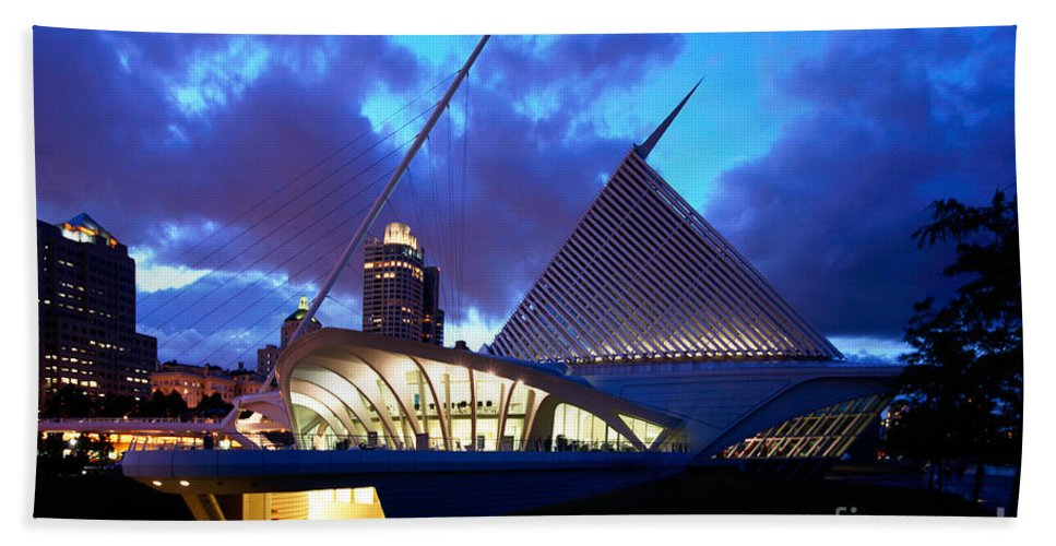Skyline Scenes Hand Towel featuring the photograph Milwaukee Art Museum by Bill Cobb