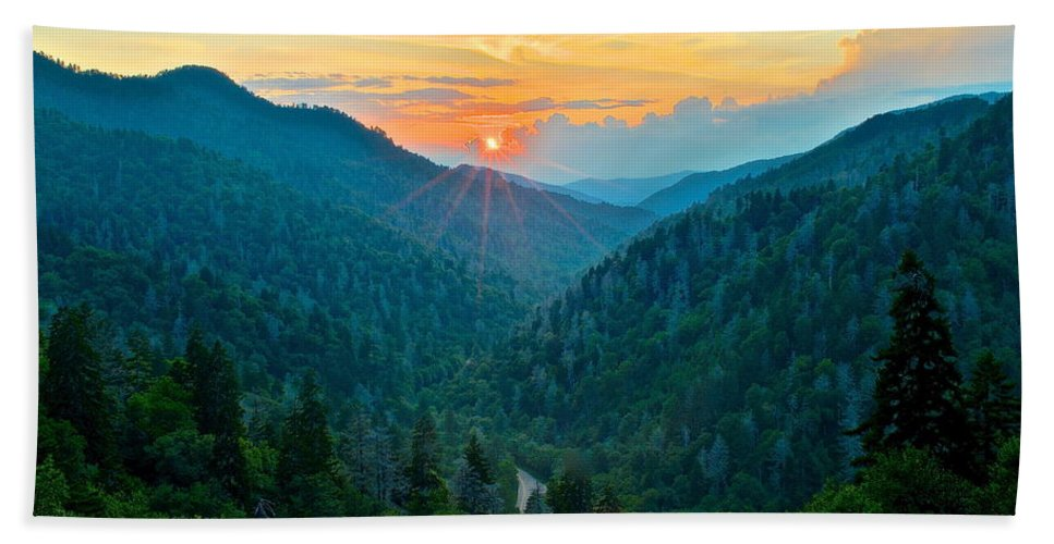 Smoky Hand Towel featuring the photograph Mortons Overlook by Frozen in Time Fine Art Photography