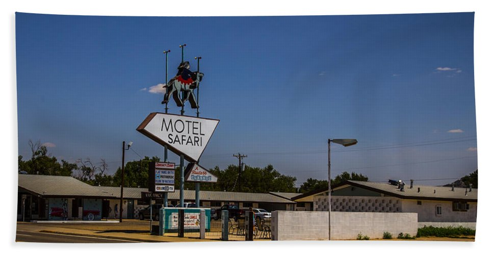 Route 66 Hand Towel featuring the photograph Motel Safari by Angus Hooper Iii