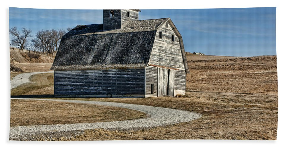 Old Barns Hand Towel featuring the photograph Mrs. Green's Barn by Nikolyn McDonald