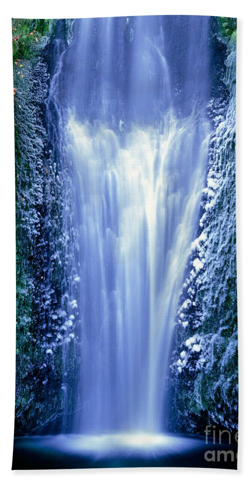 North America Hand Towel featuring the photograph Multnomah Falls Columbia River Gorge Oregon by Dave Welling