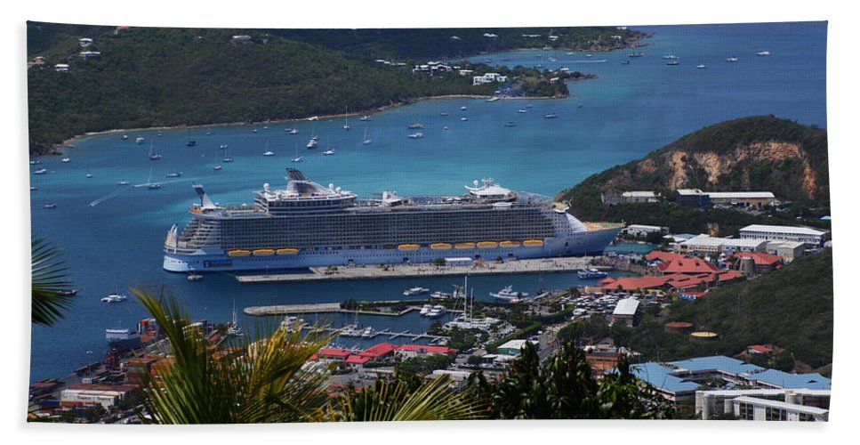 Oasis Hand Towel featuring the photograph Oasis Of The Seas by Richard Booth