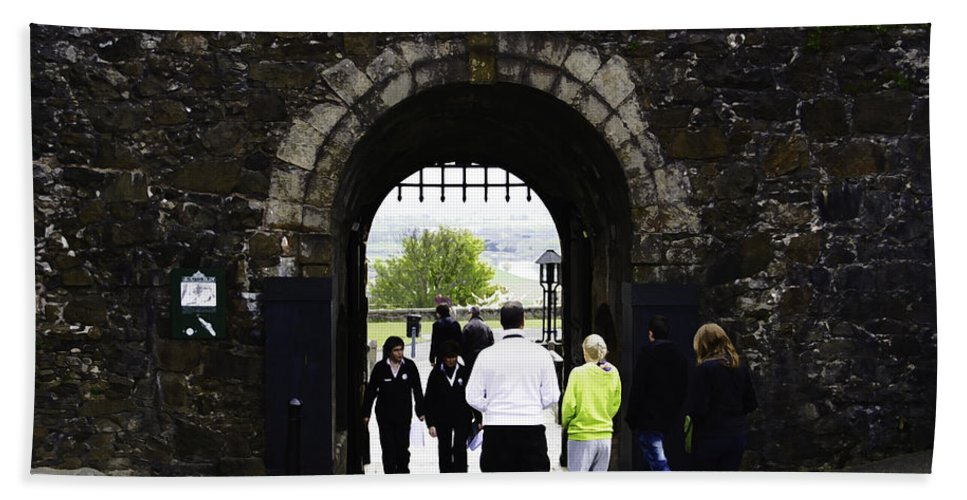 Action Bath Sheet featuring the digital art Oil Painting - Staff And Tourists At The Entrance Of Stirling Castle by Ashish Agarwal
