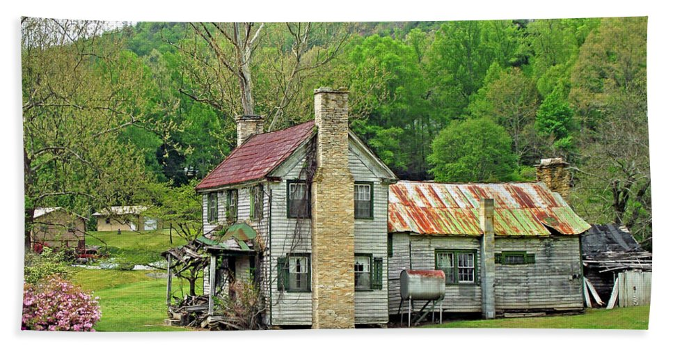 Duane Mccullough Hand Towel featuring the photograph Old House In Penrose Nc by Duane McCullough