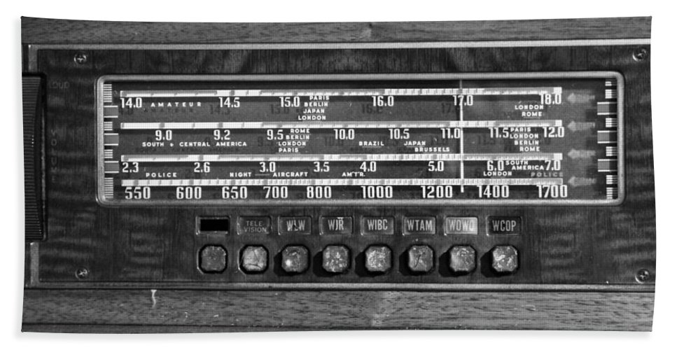 Old Radio Change The Station Bath Sheet featuring the photograph Old Radio Change The Station by Dan Sproul