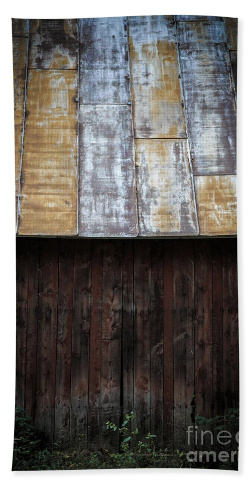 Vermont Bath Towel featuring the photograph Old Rusty Tin Roof Barn by Edward Fielding
