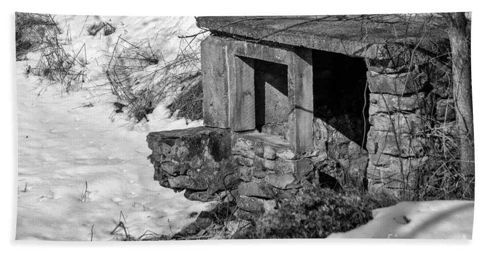 Black And White Hand Towel featuring the photograph Old Spring House by Jay Ressler