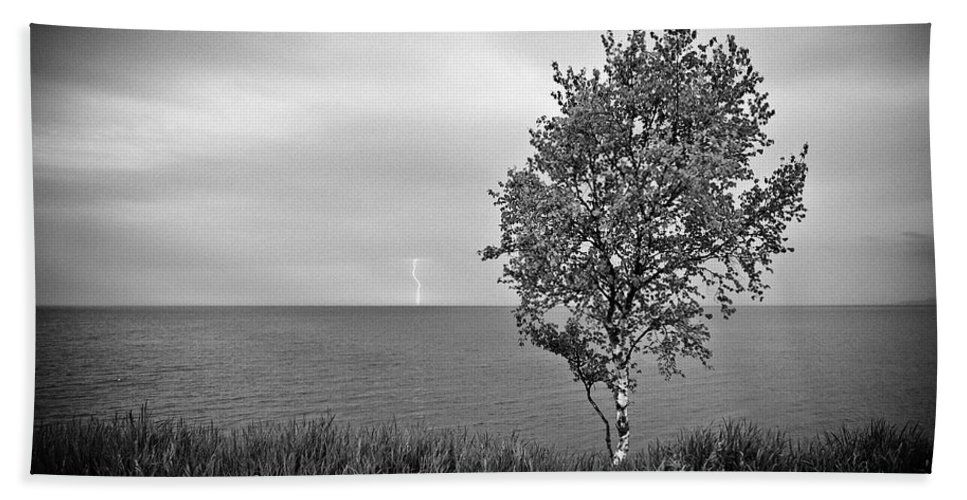 Lake Superior Bath Sheet featuring the photograph One On One by Doug Gibbons