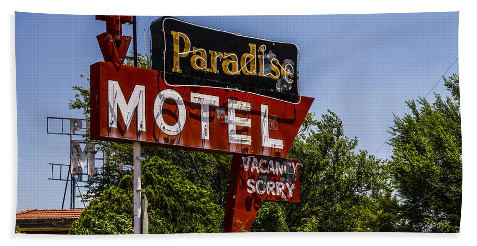 Route 66 Hand Towel featuring the photograph Paradise Motel by Angus Hooper Iii