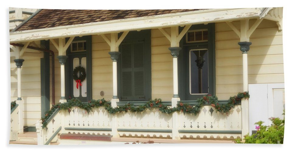 Point Fermin Lighthouse Hand Towel featuring the photograph Point Fermin Lighthouse Christmas Porch by Donna Greene