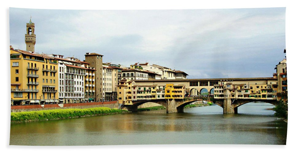 Ponte Vecchio Bath Sheet featuring the photograph Ponte Vecchio 1 by Ellen Henneke