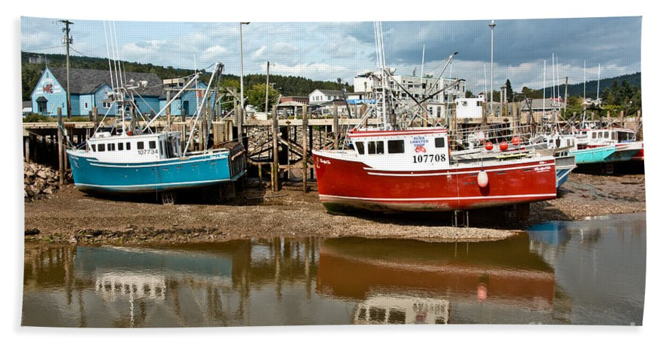 Hand Towel featuring the photograph Reflections At Low Tide by Cheryl Baxter
