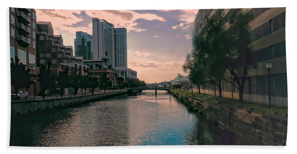 Hand Towel featuring the photograph River Through Baltimore by Cathy Anderson