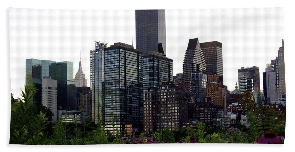 New York Skyline Bath Sheet featuring the photograph Roosevelt Island View by Ydania Ogando