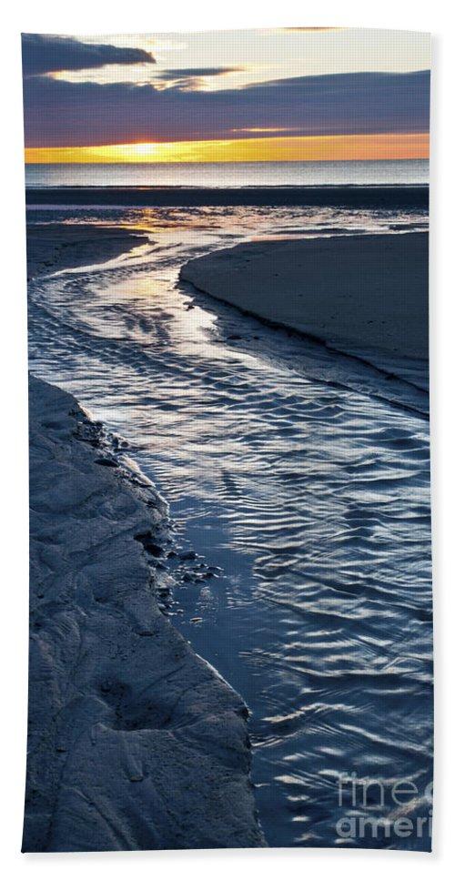 Wells Beach Maine Hand Towel featuring the photograph Rush To The Sun by Glenn Gordon