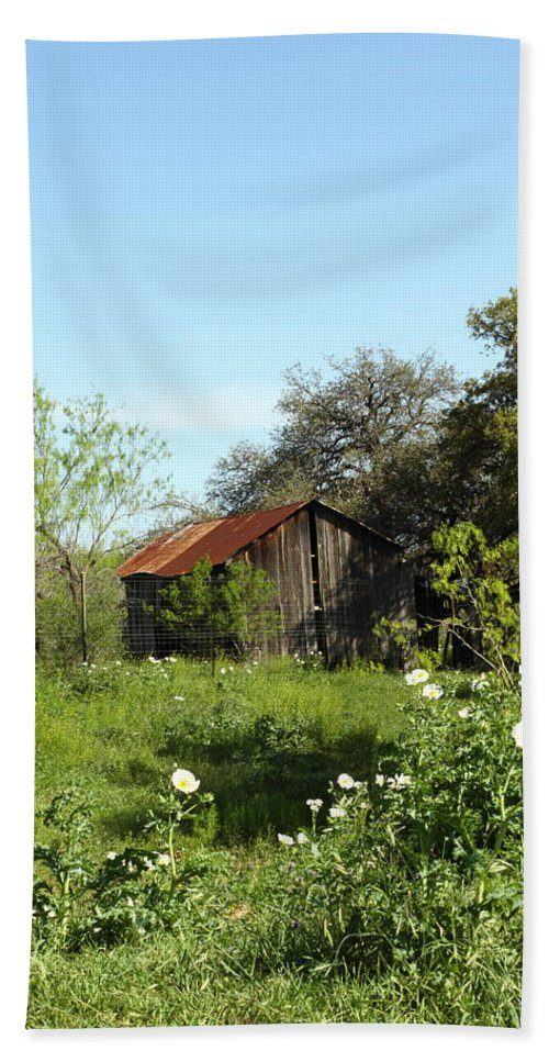 Barn Hand Towel featuring the photograph Rustic Barn by Andrew McInnes