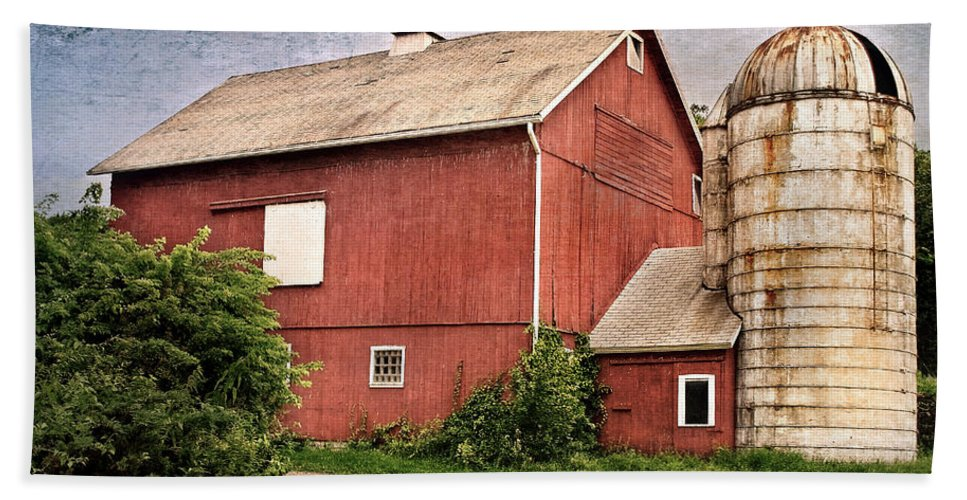 Red Barn Hand Towel featuring the photograph Rustic Barn by Bill Wakeley
