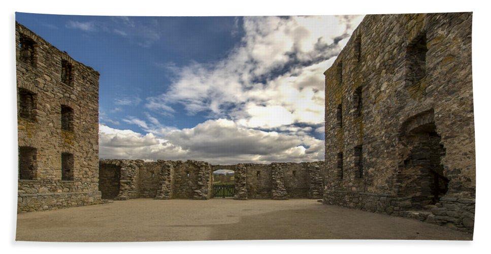 Ruthven Barracks Hand Towel featuring the photograph Ruthven Barracks - 5 by Paul Cannon