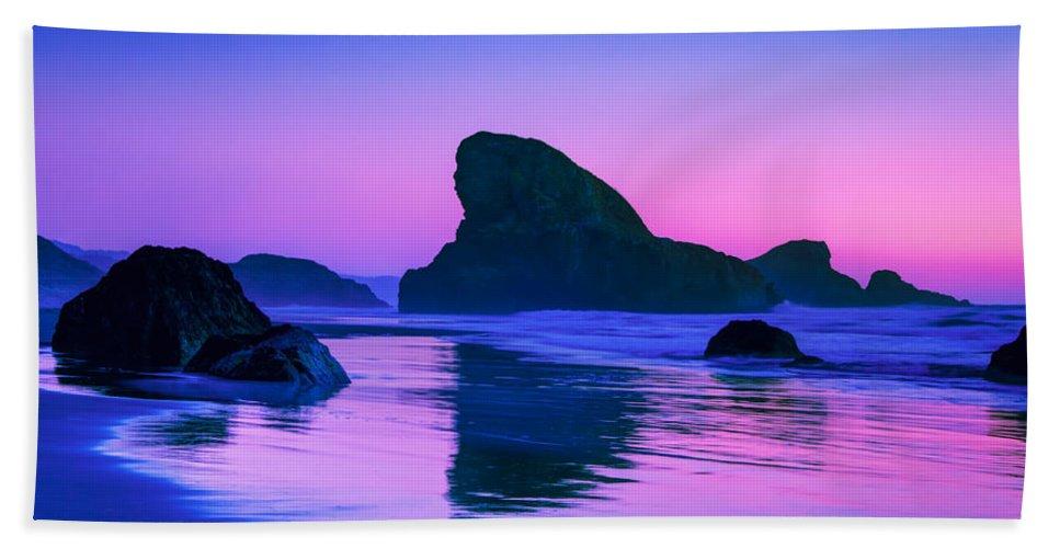 Meyers Creek Beach Bath Towel featuring the photograph Sea Stacks on the Oregon Coast by Rich Leighton