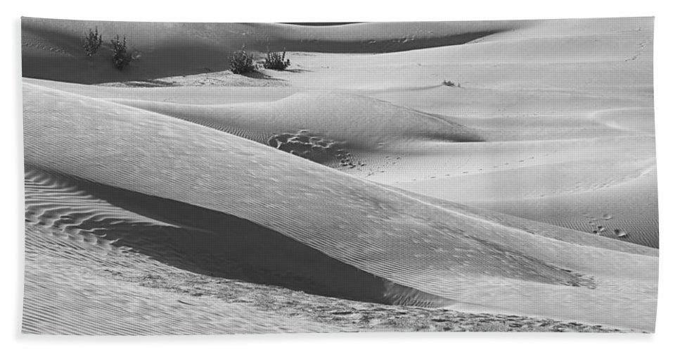 Slopes Bath Sheet featuring the photograph Skn 1432 Slopes And Curves by Sunil Kapadia