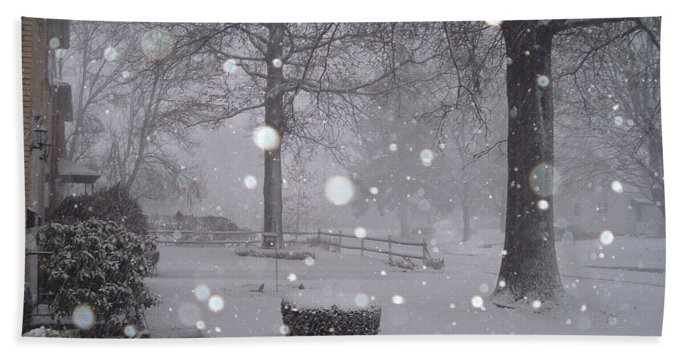 Snow Hand Towel featuring the photograph Snowfall On Ayers by Vickie Roy-Sneddon