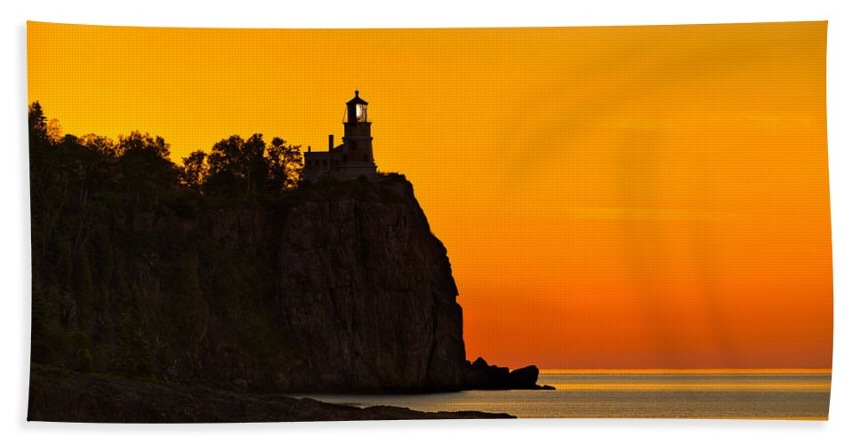 Split Hand Towel featuring the photograph Split Rock Lighthouse by Steve Gadomski